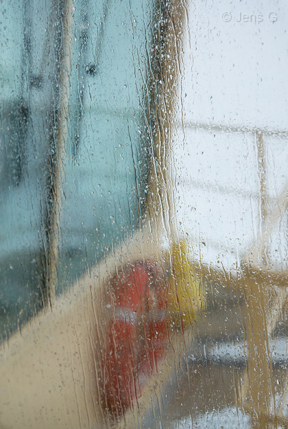 Skibsbro set gennemregnvåd rude
