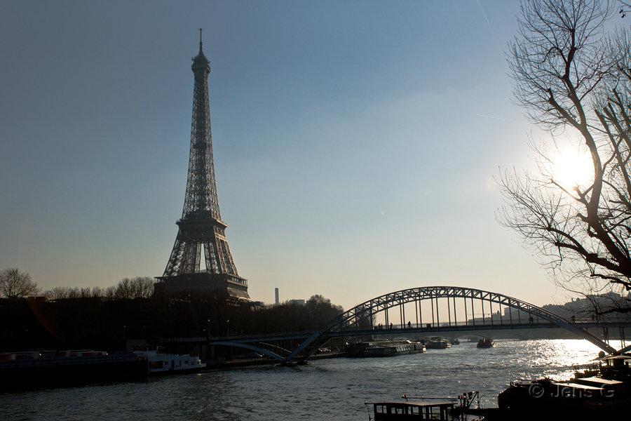 Eiffeltårnet og Seinen i modlys